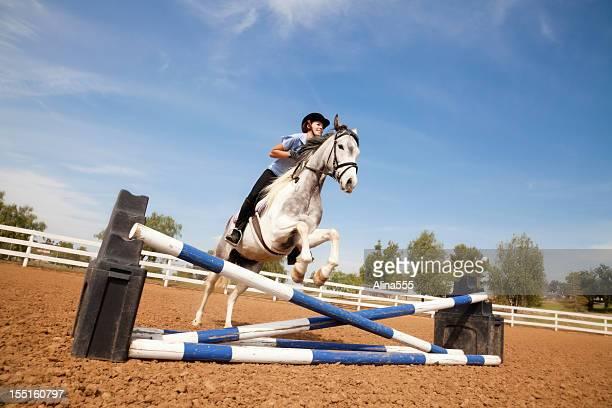 Portrait de jeune fille sauter sur un cheval