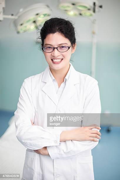 ポートレート、ハッピーな女性の医師