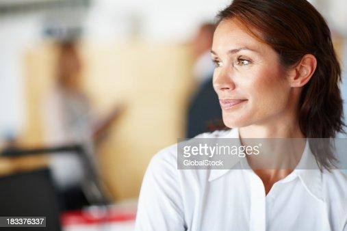 Retrato de mulher de pensamento com colegas no fundo