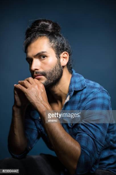 Portret van nadenkende Man met gevouwen handen