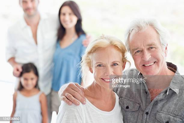 Portrait d'une famille de trois générations souriant