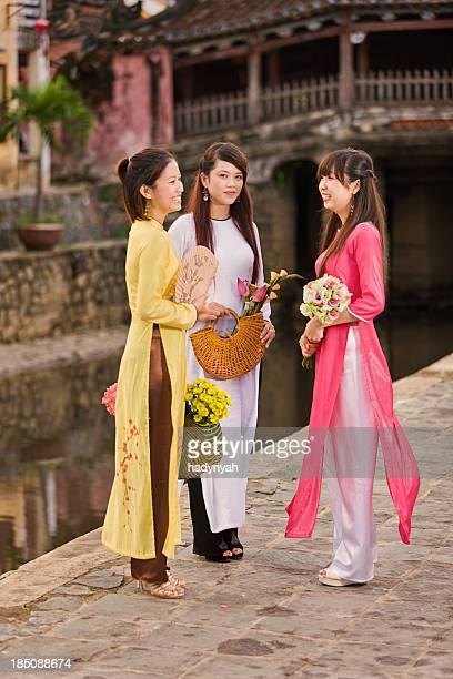 3 つのベトナムのポートレートを着ている若い女性アオ dai