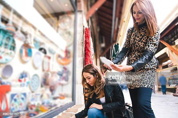 Porträt von zwei fröhliche Frau kaufen Pottery