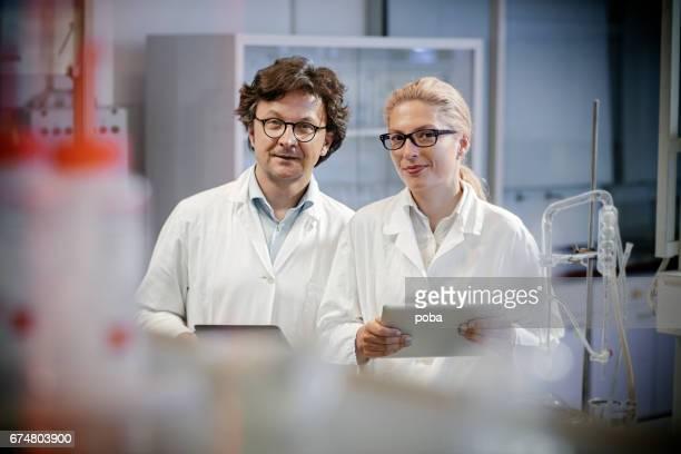Porträt von zwei zuversichtlich Wissenschaftler im Labor