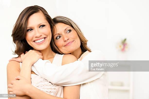 2 つの幸せな女性のポートレート