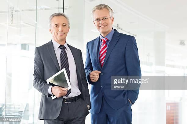 Portrait de deux hommes d'affaires réussis