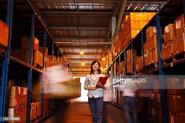 Porträt des Warehouse Geschäftsfrau, die mit Dokumenten