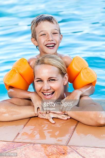 Portrait de femme et enfant dans la piscine