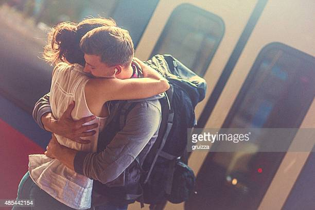 Retrato de mulher e homem experimentando na plataforma no ferroviário