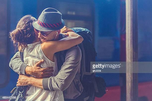 Portrait de femme et homme embrassant sur la plate-forme ferroviaire