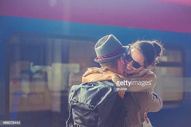 Porträt der Frau und Mann umarmt im-Plattform