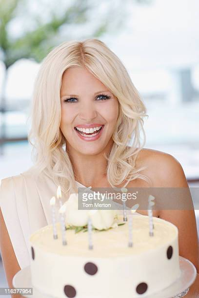 Portrait de femme tenant le gâteau d'anniversaire