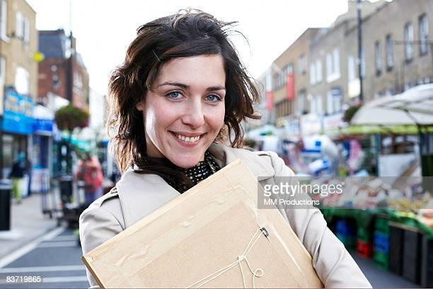 Portrait de femme tenant un cadre