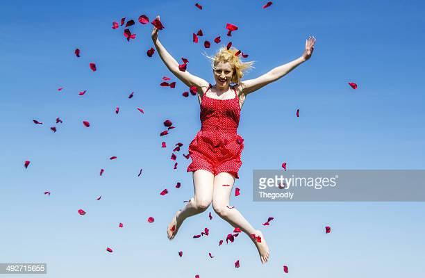 Porträt der jungen Frau springen vor blauem Himmel