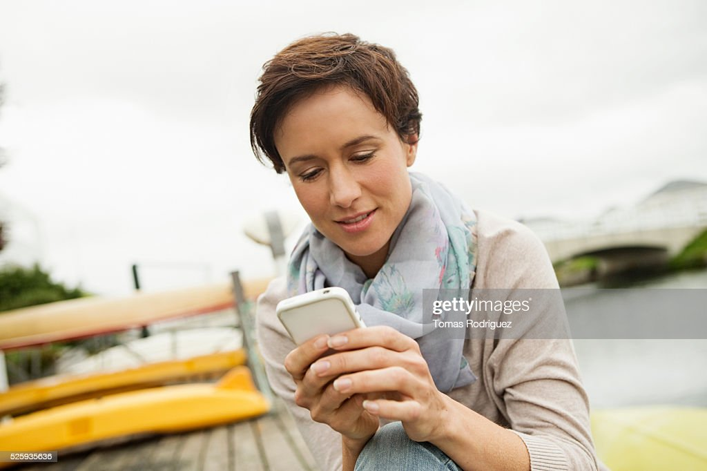 Portrait of woman text messaging : Stockfoto
