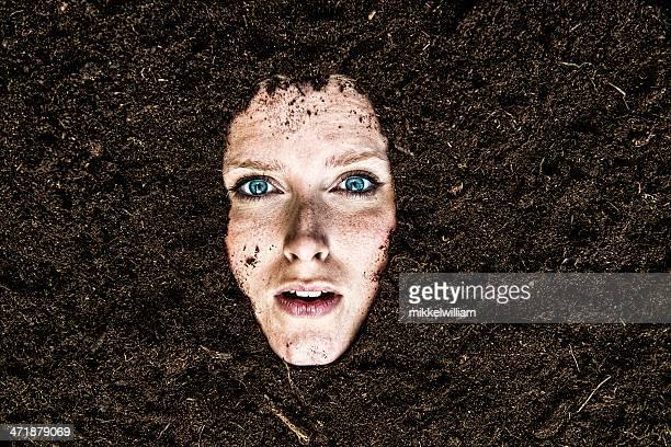 Porträt der Frau, die begraben ist in einem Garten