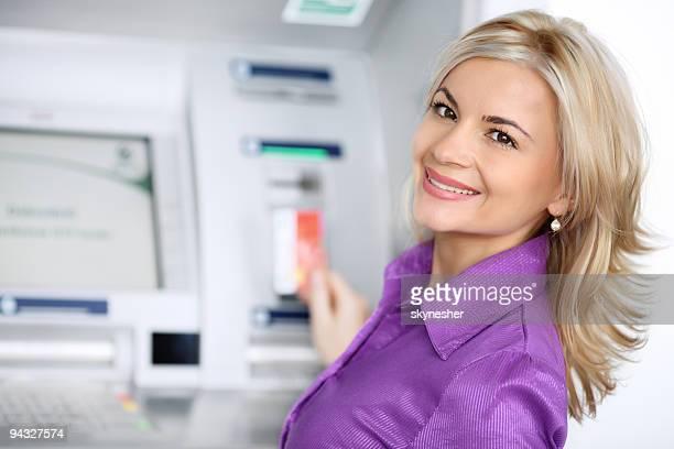 Porträt der Frau mit Kreditkarte.