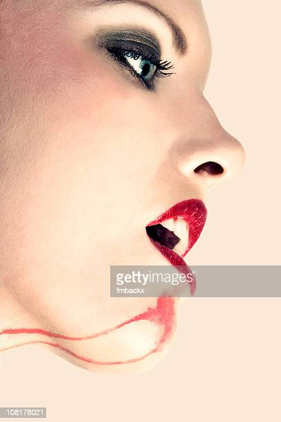 Portrait de femme avec vin tâches au menton