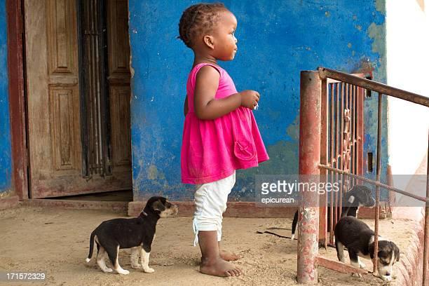 Porträt von Xiamen Kleinkinder – mit einem kleinen Welpen Hund