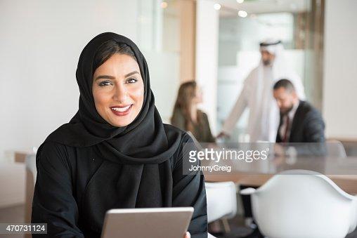 Retrato de joven mujer árabe en el trabajo en oficina moderna