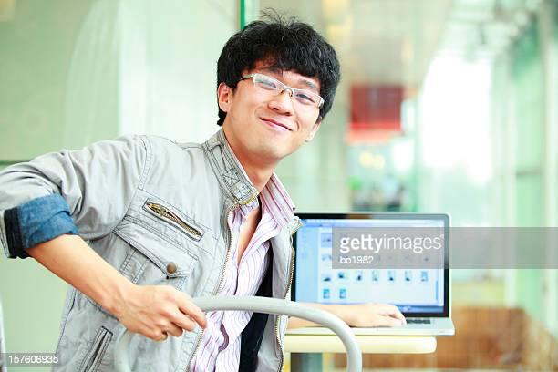 若いアジアのポートレート大学の学生