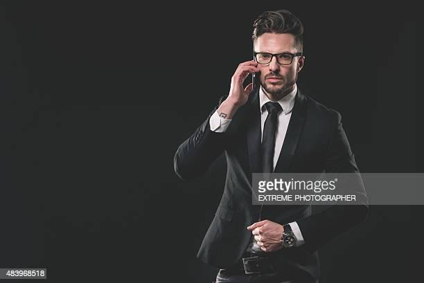 Mode Portrait de jeune homme avec téléphone portable
