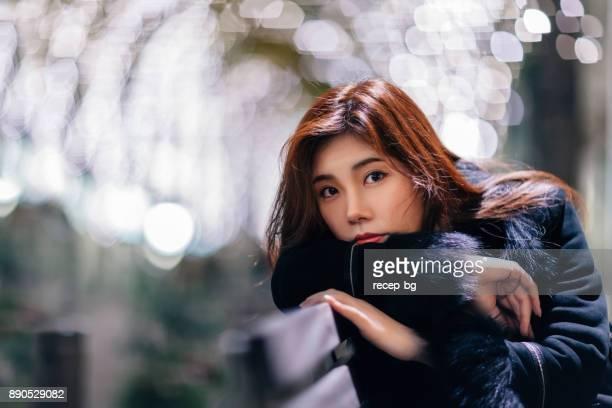 夜の街で若い女性の肖像画