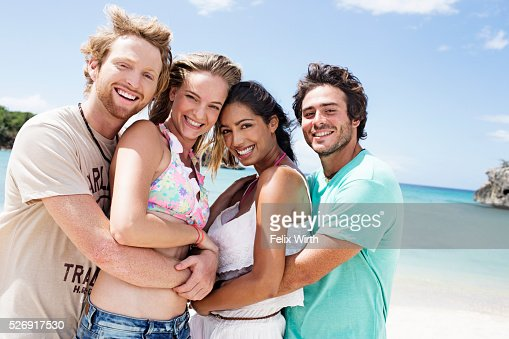 Portrait of young friends on beach : Stockfoto