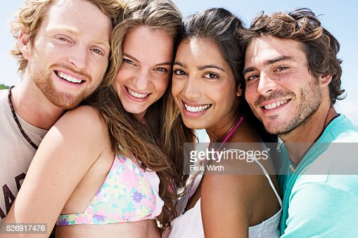 Portrait of young friends smiling outdoors : Stockfoto