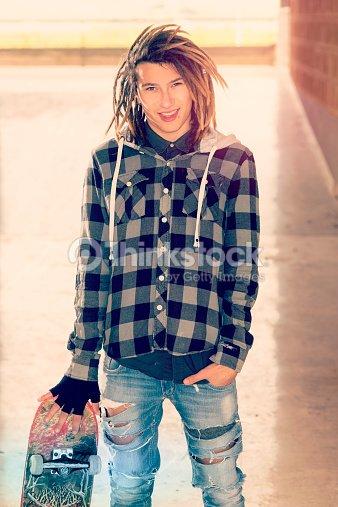 9c3743baefecf Retrato de jovem homem com Skate quente Filtro Aplicado  info   Foto de  stock