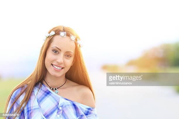 Porträt von jungen Hippie Frau auf der Straße