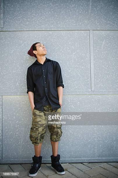 Ritratto di giovane ragazzo adolescente razza mista