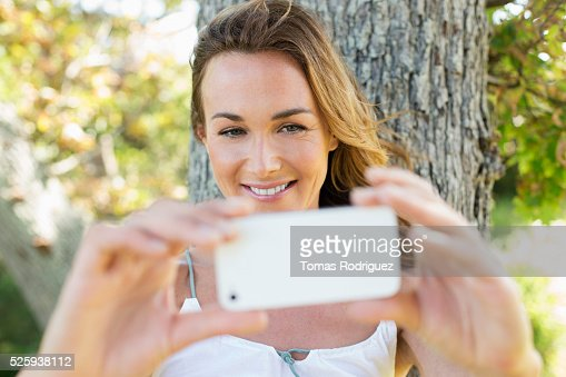 Portrait of young photographing herself : Stockfoto