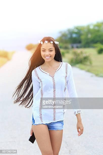 Porträt von jungen lächelnde Frau auf der Straße