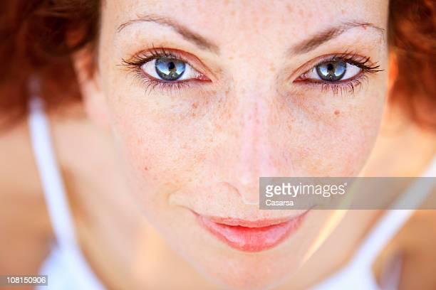 Porträt eines jungen mit Sommersprossen Blick nach oben in die Kamera.