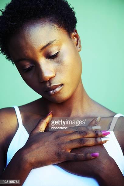 Porträt der jungen Frau hält die Hände auf der Brust