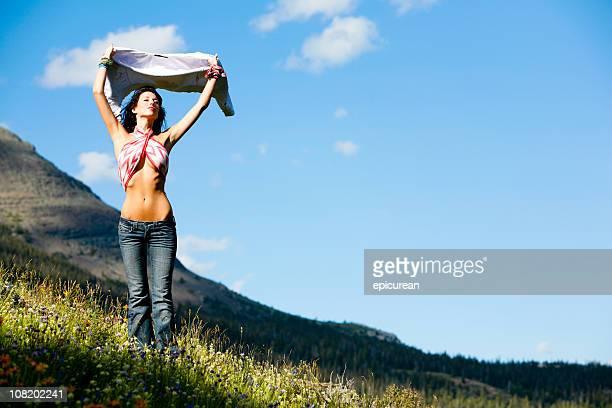 Porträt der jungen Frau hält Hemd im Wind