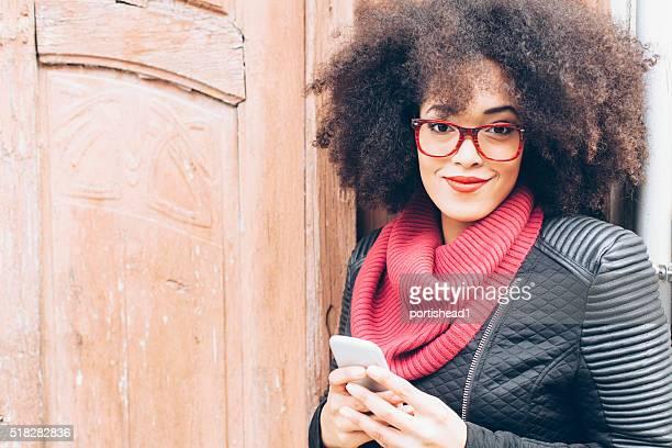 Portrait de jeune femme dans une porte en bois à l'avant de