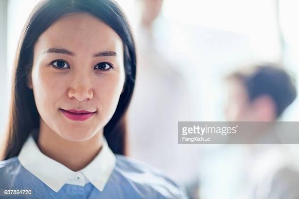 Porträt der jungen Frau im Büro