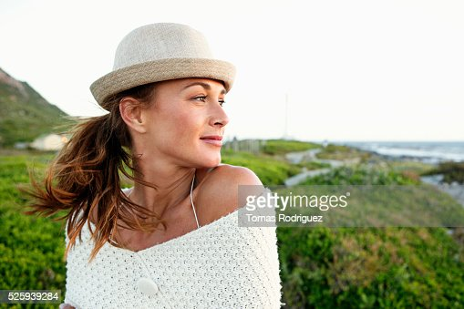 Portrait of young woman in summer clothes and hat : Stockfoto