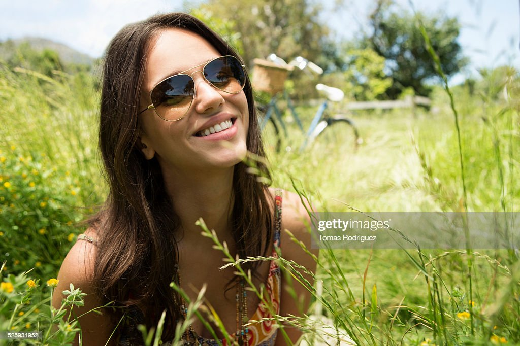 Portrait of young woman in sunglasses : Photo