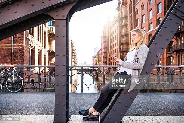 Retrato de mujer joven en la ciudad