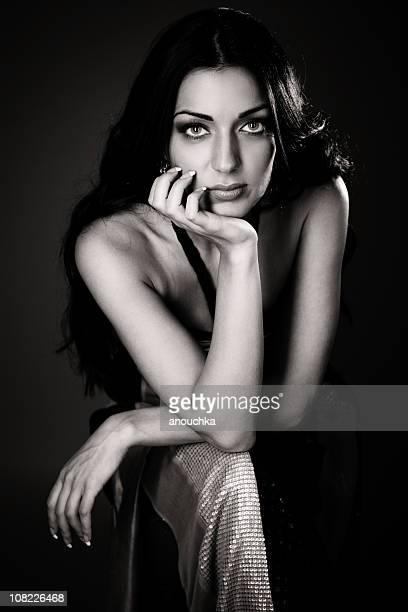 Porträt der jungen Frau posieren, schwarz und weiß