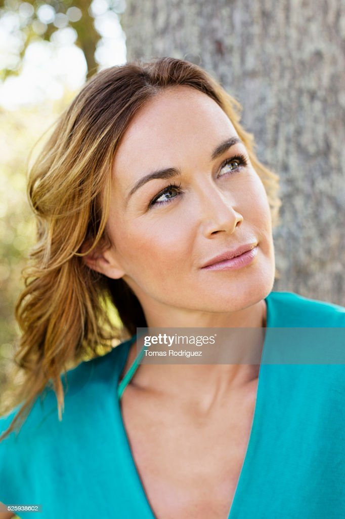 Portrait of young woman posing in park : Stockfoto