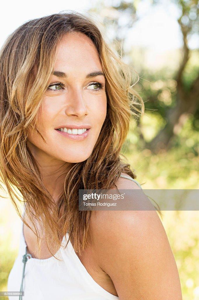 Portrait of young woman posing in park : Foto de stock