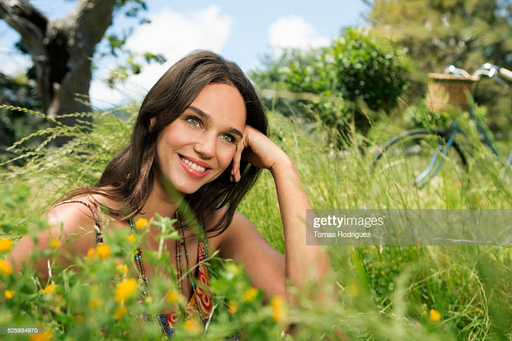 Portrait of young woman relaxing in field : Foto de stock
