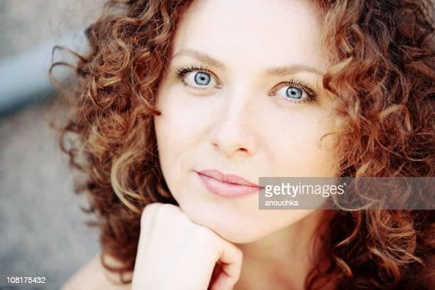 Portrait de jeune femme au repos de menton sur les mains