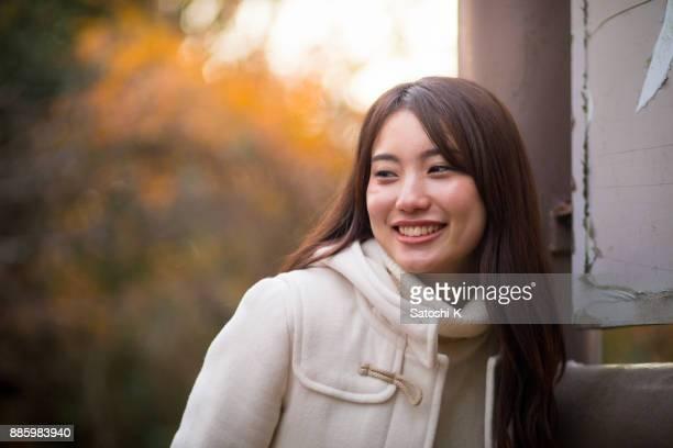 笑う若い女性のポートレート