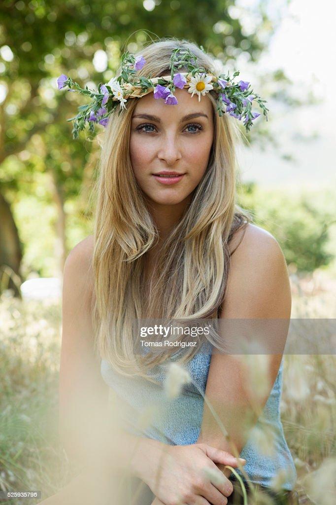Portrait of young woman wearing flower wreath : Stock-Foto