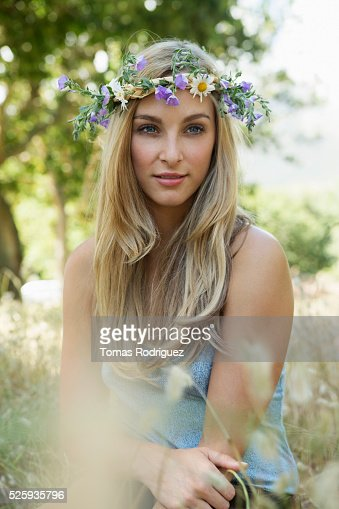 Portrait of young woman wearing flower wreath : Foto de stock